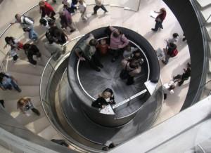 Treppe von 1989 im Hauptzugang im Louvre Paris (WD)