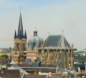 Am Aachener Dom treffen die verschiedensten Stilepochen aufeinander. Der 16eckige karolingische Kernbau, die Gotische Chorhalle und der Vielgestaltige Kapellenkranz