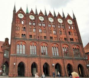 Das Rathaus ist das Wahrzeichen der Hansestadt Stralsund. 1250 begonnen mit der Schaufasade um 1340 fast fertiggestellt. Diese Art von Fassaden sind im Ostsee - Bereich öfters zu sehen