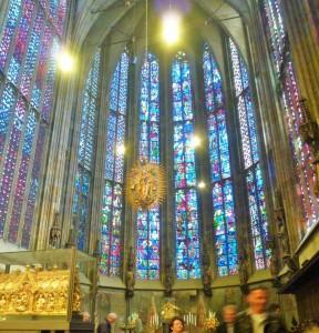 Der Kapellenkranz am Aachener Dom mit seinen schlanken Säulen und den höchsten gotischen Fenster in Europa