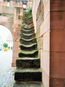 An dem Stufenabrieb ist zu erkennen, dass die Stufen wechselseitig ausgetreten sind, d. h. dass in der Regel mit dem linken Fuß die Treppe betreten wurde und am Austritt mit dem rechten