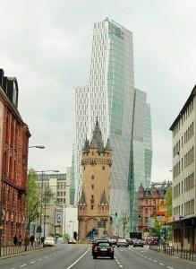 Der fast 600 Jahre alte Turm Ziert die moderne Stadt Frankfurt a.M.