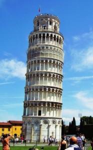 Der Turm besteht aus weißen Marmor