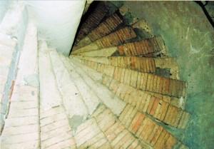 Stufenaufsicht, Laufbreite:132 cm, Stufeninnenseite: 7 cm, Stufenaußenseite: 38 cm, Säule: 38 cm