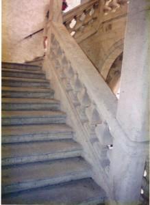 Die Treppe hat auf der Freiseite ein Steigendes Besteck