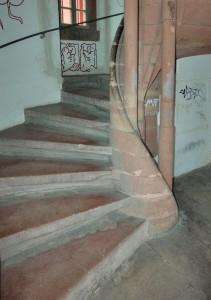 Die Stufenköpfe sind so ausgearbeitet, dass es zu einer Handlaufhöhe von 65 cm kommt. Des Weiteren sind die Säulensockel angearbeitet