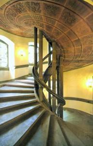 Ansicht der reichverzierten Treppenuntersicht