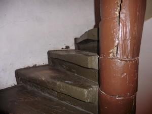 Die Stufen sind mit einer Distanzkerbe und einem Untertritt ausgestattet
