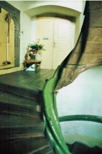 Das Podest vor der Wohnungseingangstür im 1.OG hat sich im Treppenauge bedingt durch die Wohntemperatur um 44 mm gesenkt