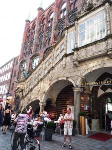 Ob der 130 Jahre später gerfertigte Treppenaufgang die Rathausfasade ziert sei dahin gestellt