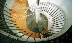 Tritt - und Setzstufen in Glas, Wangen in Holz In den 1990er Jahren gelang es der Glasindustrie Verbundglas herzustellen. Das heißt, dass drei Glasscheiben mit einer selbstklebenden Folie verbunden werden konnten. Nach Genehmigung durch die Behörden war Verbundglas als Stufe marktreif. Trittstufen aus Glas setzten sich mehr und mehr durch, anfänglich mit Holzwangen, später mit Metall als tragendes Element, auch in öffentlichen Gebäuden ist es zu einem begehrtes Material geworden. Anfänglich wurde die Stufenoberseite geätzt um eine Durchsicht des Glases zu verhindern, Stufen bestehen in der Regel aus 3 Scheiben, die mit einer Folie verbunden sind, wobei eine der Folien mattiert ist. Ende der 1990er Jahren erwirkte die Glasindustrie eine Zulassung für begehbare Gläser, für die bei Anwendung im Öffentlichkeitsbereich ein rechnerischer Belastungsnachweis nötig ist.