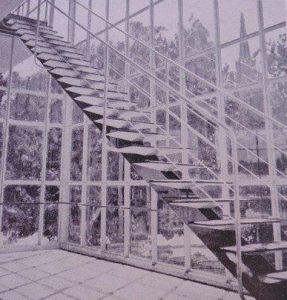 """Die erste Einholmtreppe in Stahl. Weltausstellung 1937 in Paris im Pavillon der """"Union des Artistes Modernes"""""""