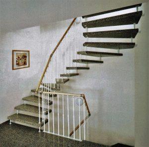 Eine Treppe der Firma Kenngott, die Trittstufen in Granit