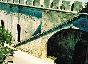 Die erste größere Treppenanlage mit gefalteten Stufenköpfen in Aigues – Mortes Frankreich