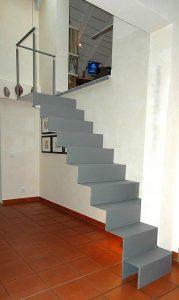 Stahlblech 8 mm, die Stufen sind mit je 2 Stahlbolzen in der Wand befestigt