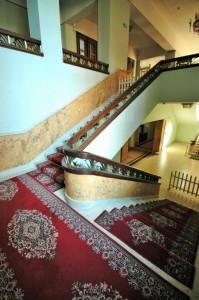Gegenläufige Treppe mit Zwischenpodest