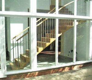 Die Ansicht der Treppe vom Garten