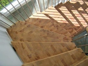Die Treppe besteht aus zwei Teilen, mit dem Gehrungsschnitt der Eckstufe