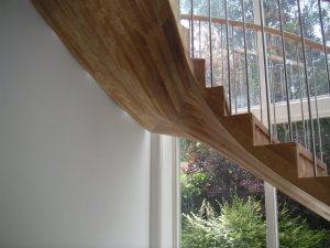 Die Treppenunterseite mit einer Wölbung zur Mitte hin und dem unteren Gehrungsschnitt