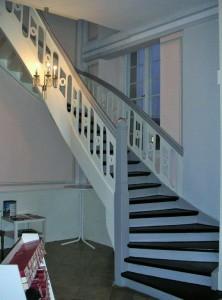 Die Treppe zum Chor ist mit ornamentierten Bretter in der Geländerfüllung versehen