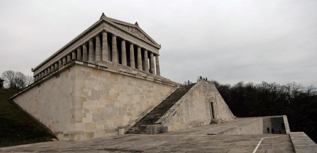 Der Sockel des Tempelhauses und der dritte Treppenarm