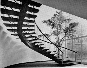Eine gewundene Treppe in einem Industriebürohaus