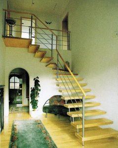 Eine Bolzentreppe mit einer Sechskant Abdeckschraube auf der Stufenoberseite