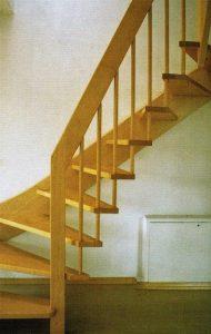 Holzart: Kanad. Ahorn, Wangen- Stufen- Handlaufdicke 4 cm, Geländerstäbe 26 mm dick