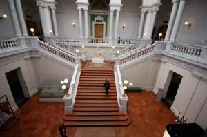 Die Treppe bildet den Mittelpunkt der Eingangshalle