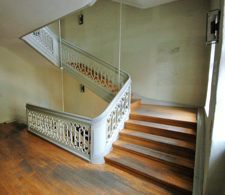Die Treppe verbindet drei Etagen mit einander