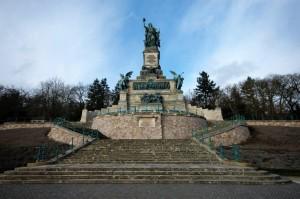 Das Denkmal erinnert an den Deutsch-Französischen Krieg 1870/71 und an die Gründung des Deutschen Reiches.